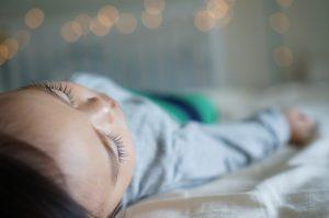 Bébé s'est endormi sur le ventre : que faire ?
